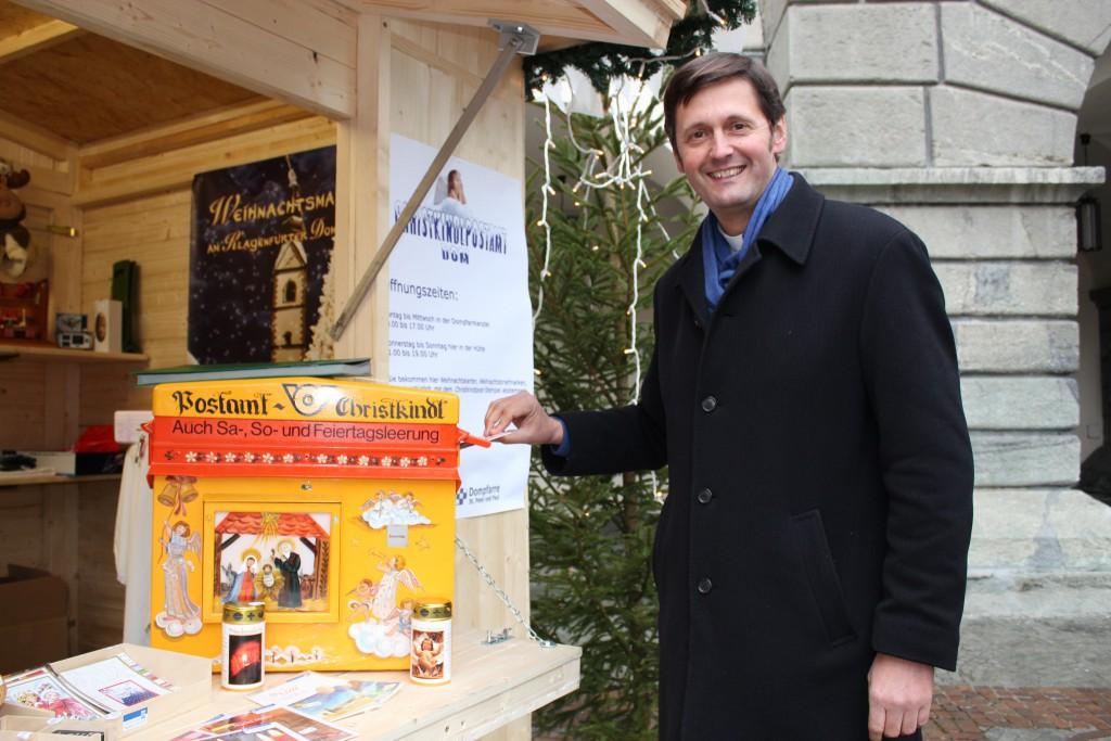 Dompfarrer Peter Allmaier vor dem Christkindl-Postamt am Domplatz.