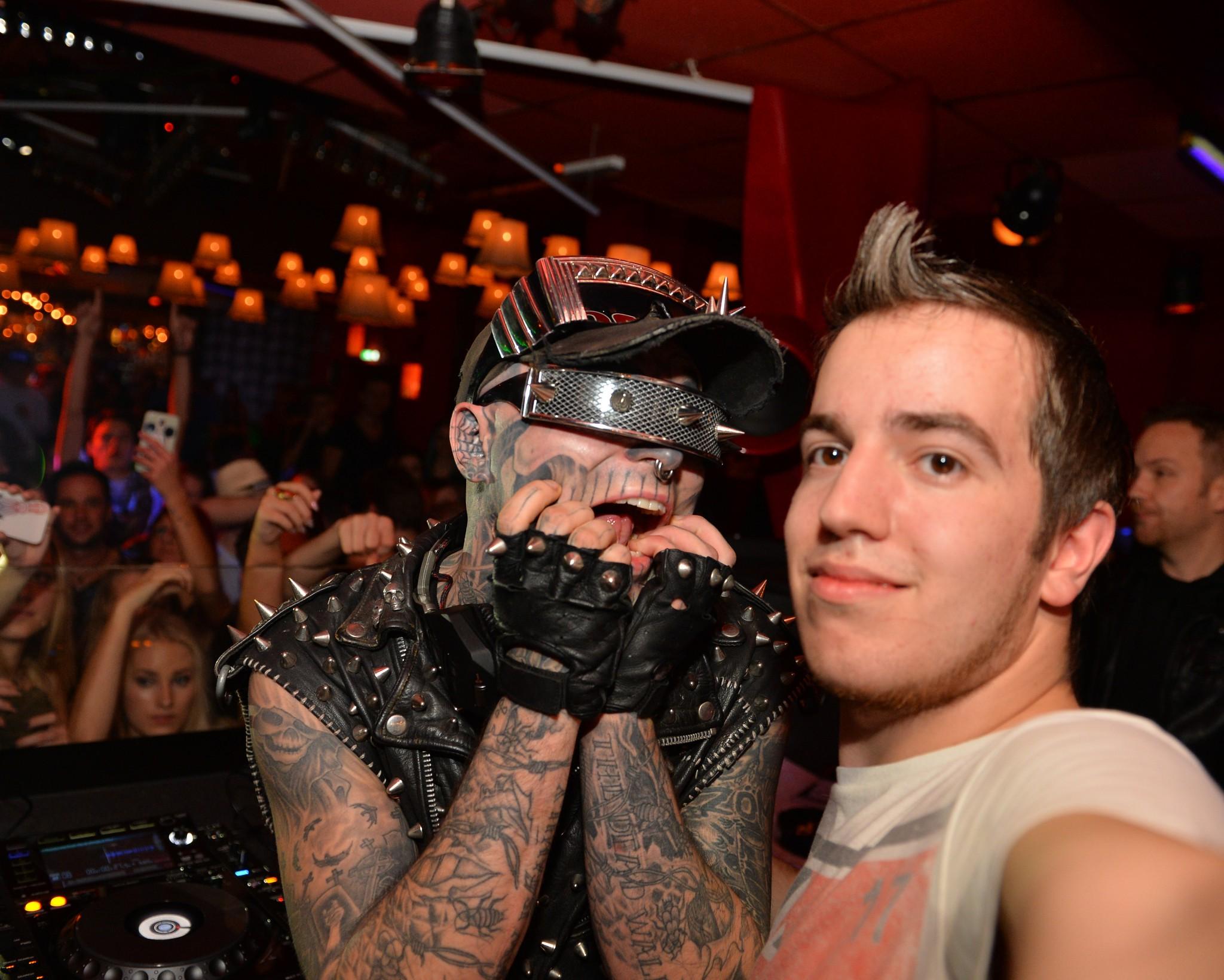 Auch der Fotograf bekam die Chanche auf ein Foto! - Zombie Boy meets Klagenfurt