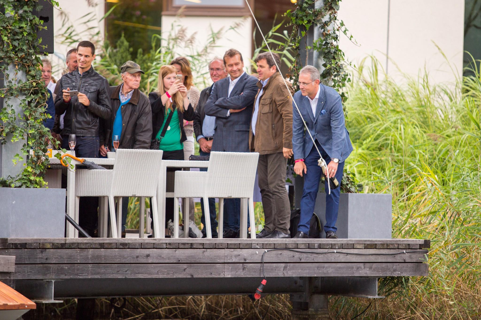 """Die """"Leadership"""", der Nachbau des ältesten Luftkissenbootes der Welt, wurde in der Lagune des Seepark Hotels getauft. Foto: pixelpoint/Handler"""