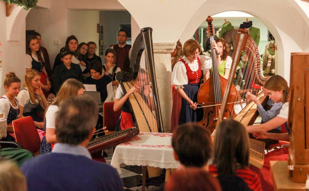 """Heimatwerk """"Advent im Hof""""-Konzert mit den StudentInnen der Gustav-Mahler-Musikschule Klagenfurt."""