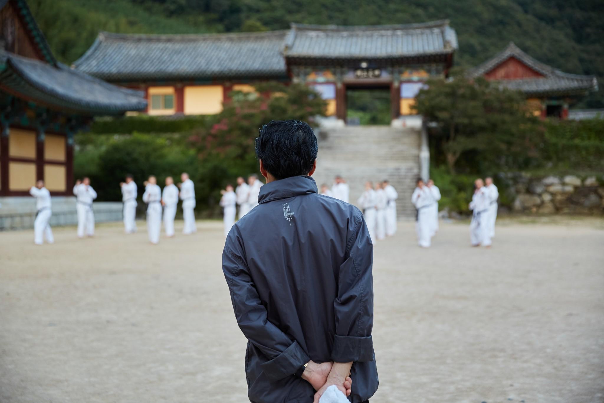 Training vor einem Tempel in Korea - Foto: Alexander Bagli, SCTE