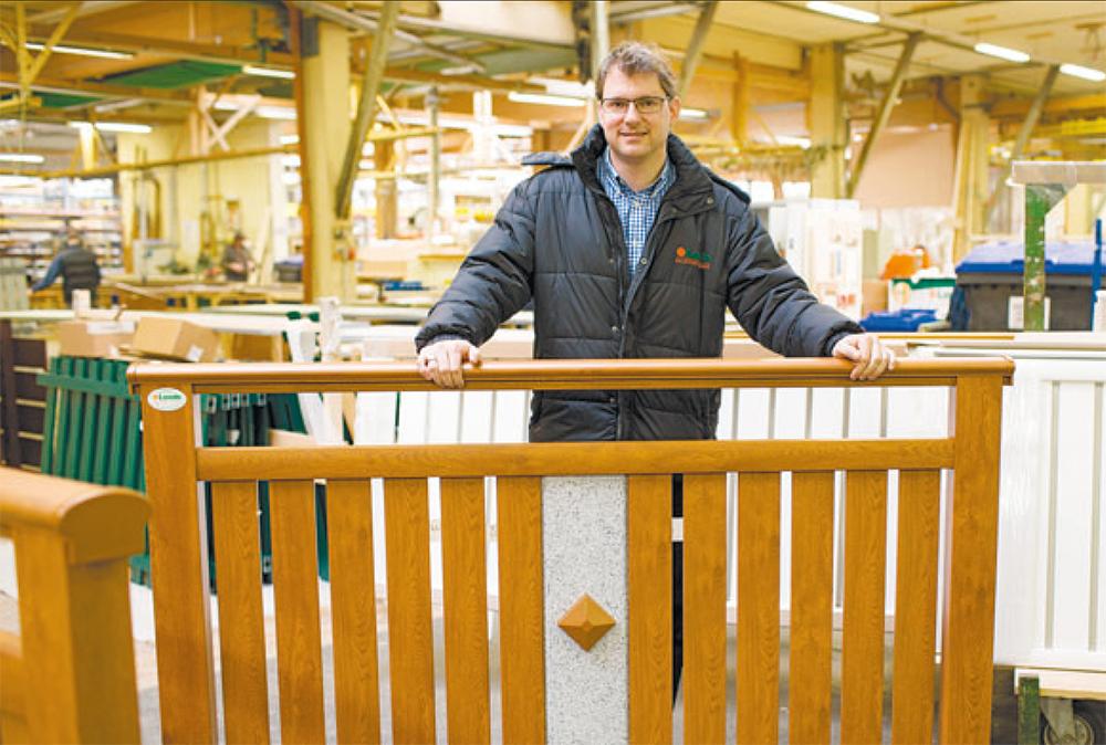 """Markus Leeb: """"Sieht aus wie Holz, ist aber Aluminium."""" Die Kunden wollen es pflegeleicht und wartungsfrei und im Gegensatz zu Holz muss Alu nie gestrichen werden."""""""
