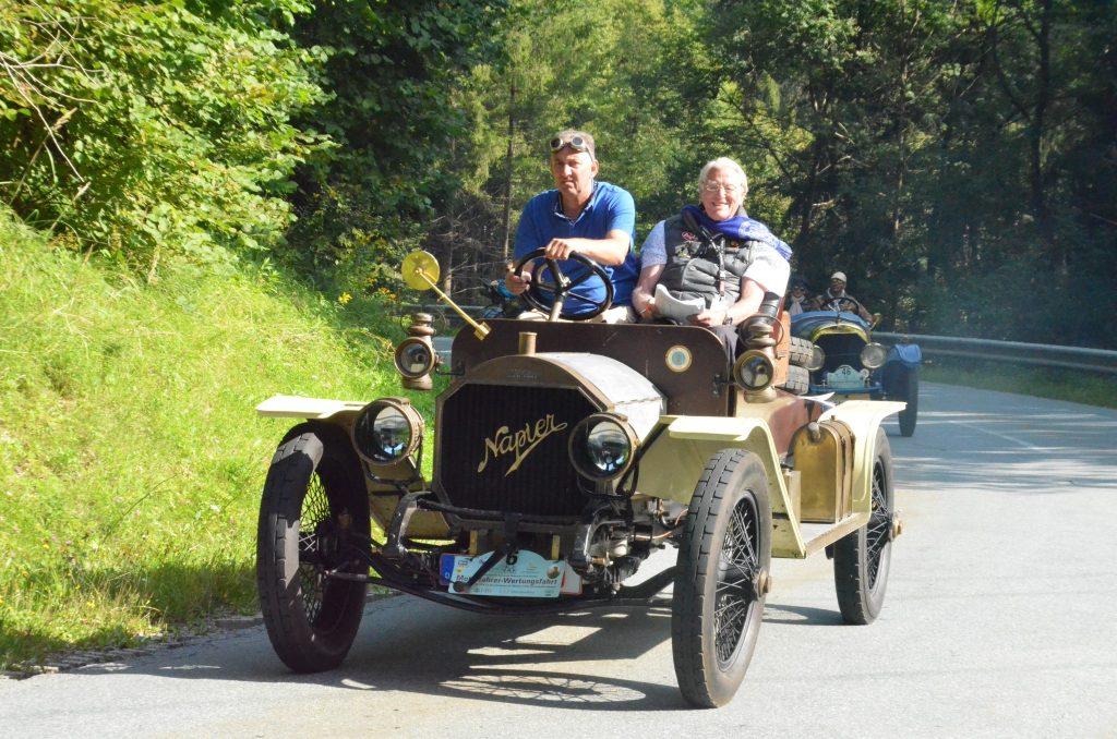 51 Teilnehmer aus Europa und den USA mit ihren mindestens 100 Jahre alten Autos.