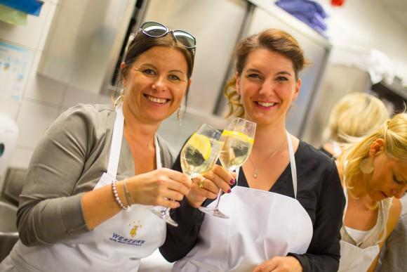 Uns und den Teilnehmern beim Kochkurs im Werzers Beach Club hat es gefallen. Prost! Foto: pixelpoint/Nicolas Zangerle
