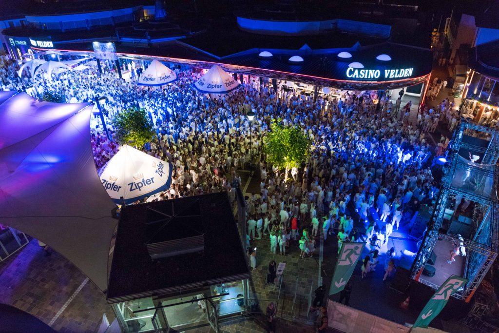 Der Höhepunkt des Party-Sommers in Velden am Wörthersee: Das Casino Velden feiert gleich an zwei Tagen in strahlendem Weiß. Foto. Casino Velden/photo-baurecht