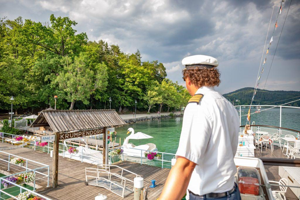 Thalia und Kapitän an der Schiffsanlegestelle Krumpendorf, Foto: DerHandler/Wolfgang Handler