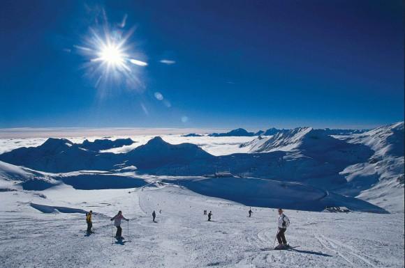 Vom Flughafen Klagenfurt auf die Skipisten: Skifahrer im Tiefschnee auf dem Ankogel, Mölltaler Gletscher. © Martin Glantschnig