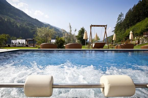 Außenpool Hotel Quellenhof in Südtirol.