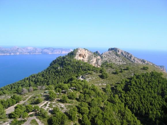 """Der Aussichtsfelsen """"Penya des Migdia"""" im Nordosten Mallorcas"""