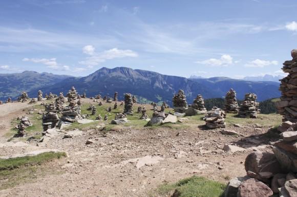 """Die """"Stoanernen Mandln"""" – Kult-, Hexen- und Kraftplatz im Südtiroler Sarntal. Rundherum gibt es 30 Urlaubshöfe von """"Roter Hahn"""". Bildnachweis: Südtirols Süden/Roswitha Mair"""