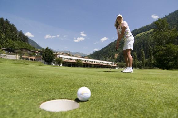Bei exklusiven Quellenhof-Turnieren sind die Golfer herzlich eingeladen, ihr Können unter Beweis zu stellen.