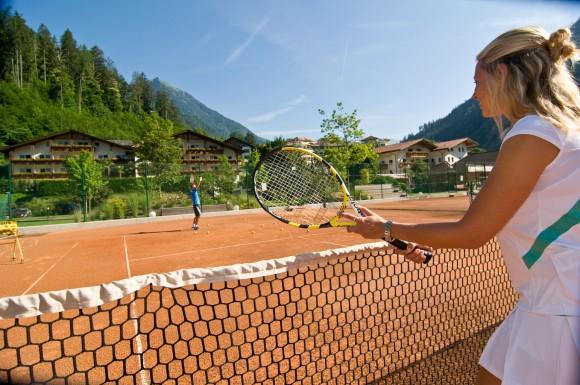 Im Quellenhof urlauben Tennisfans in Südtirols größtem Wellness-, Sport- und Freizeitresort.