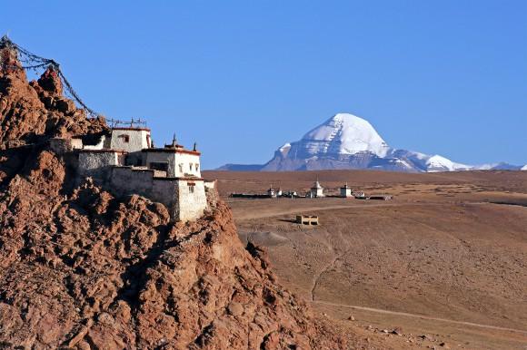 Vom Chiu Kloster eröffnet sich ein weiter Blick über die tibetische Hochebene und den Heiligen Kailash. Bildnachweis: Neue Wege