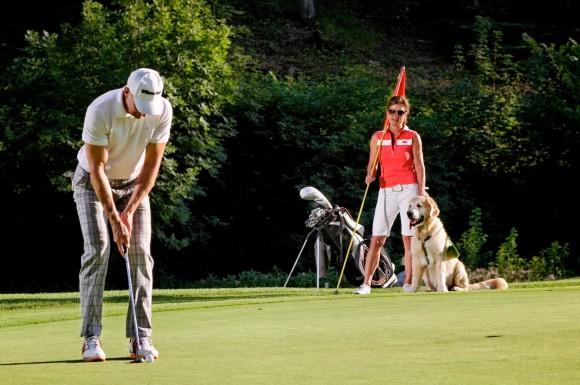 """Birgit Maier und Alexander Strobl, Inhaber Hotel & Golfclub Gut Brandlhof mit """"Kollin"""" - ihrem """"platzreifen"""" Golden Retriever"""