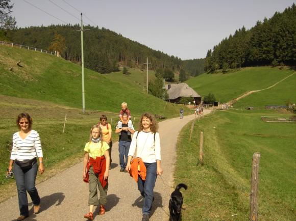 Schönau im Wiesental liegt im Belchengebiet im Hochschwarzwald. Der Belchen ist mit 1414 Metern der dritthöchste Gipfel in der Ferienregion im Südwesten. Das Belchenland hat für Familien kinderfreundliche Wander- Routen ausgearbeitet (acht Routen im Jahr 2007), die auch für Kinderwagen geeignet sind.  Foto: Belchenland Tourismus GmbH ;