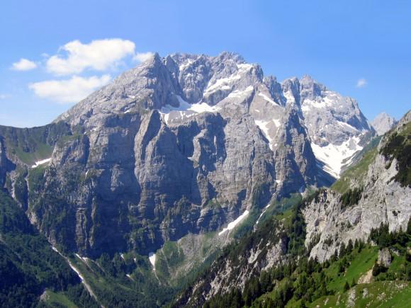 """Eingebettet in der Kellerwand liegt das """"Eiskar"""", Österreichs südlichster Gletscher Foto: GeoPark Karnische Alpen"""