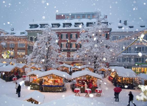 Als einer der traditionsreichsten Märkte Tirols beeindruckt der Adventmarkt in Lienz in Osttirol seine Besucher mit dem übergroßen Kunst-Adventkalender auf der Liebburg und dem originellen Nachtwächter, der in der Dämmerung durch den Markt schreitet. Foto: Profer & Partner / Lienz