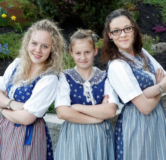Geschwister Weber: Doris (Brille), Sandra (langes blondes Haar), Maya (die kleine). Foto: Philipp Zinniker