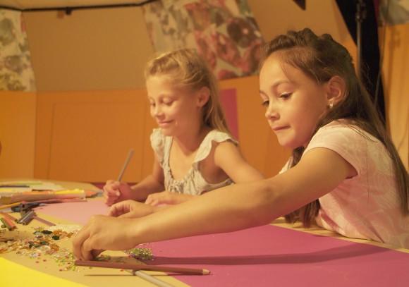 Die Swarovski Kristallwelten bietet in der Adventzeit ein weihnachtlich funkelndes Kinderprogramm. Foto: Swarovski Kristallwelten,