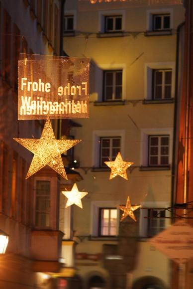 Funkelnde Spiegelsterne schmücken die gesamte Altstadt. Foto: Stadtmarketing Hall in Tirol/Watzek,