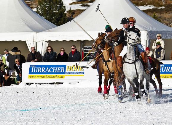 Vom 7. bis 9. März 2014 galoppieren wieder edle Polo-Pferde und ihre tollkühnen Reiter über den zugefrorenen Alpensee auf der Turracher Höhe: bei der mondänen Ice Polo Trophy am Turracher See. Foto: Turracher Höhe/Gruber