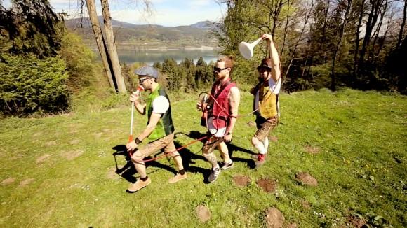 Ein Unikat der Band – die selbst hergestellte Gartenschlauchtrompete, die in fast jedem der Songs vorkommt. Foto: UAB/Daniel Gollner