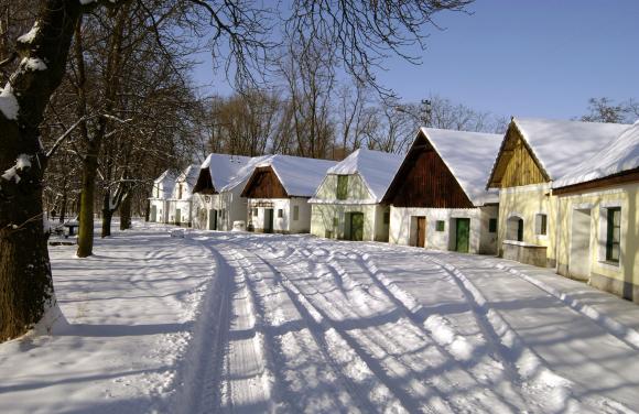 Die Kellergasse im Schnee im Weinviertel. Foto: Weinviertel