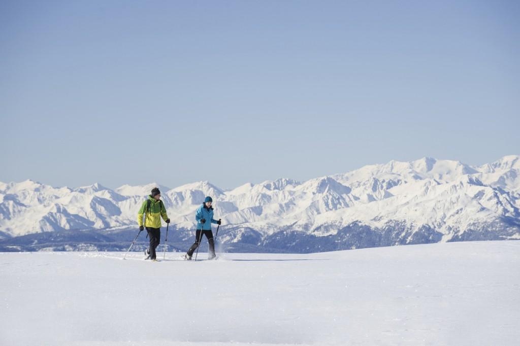 Schneeschuhwanderer vor der Bergkulisse. Foto: Tourismusverein Klausen, Barbian, Feldthurns und Villanders