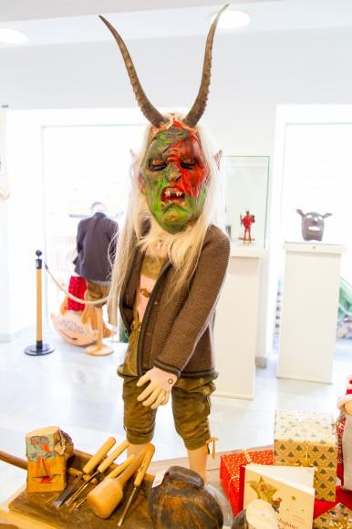 Maske und Schnitzwerkzeug des jungen Künstlers Nico Moschitz sind derzeit in der Klagenfurter Filiale des Kärntner Heimatwerks in der Herrengasse 8 ausgestellt. Foto: pixelpoint