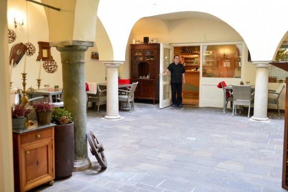 Der Innenhof bei Rossi's lädt in der warmen Jahreszeit zum Verweilen ein. Foto: erlebnis.net - Nicolas Zangerle