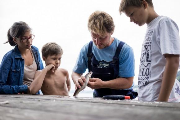 Der frische Fang wandert in die Kochtöpfe der umliegenden Restaurants oder findet, von den Kindern ausgiebig bestaunt, den Weg zurück ins kühle Nass. Foto: Kärnten Werbung, Sam Strauss