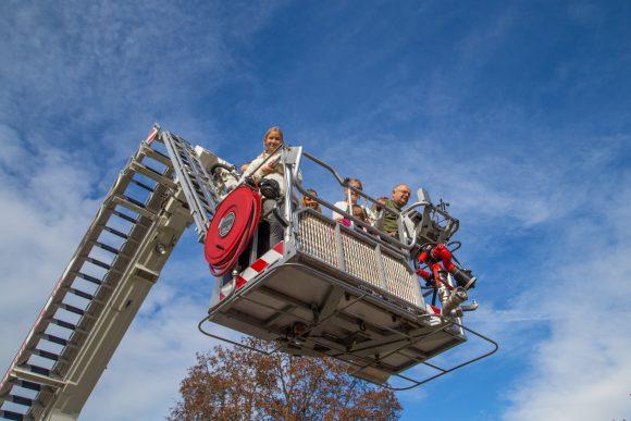 Auch die Feuerwehr sorgte Rübenfest in Keutschach mit ihrer Drehleuter für einen Höhepunkt für die vielen Kinder. Foto: pixelpoint