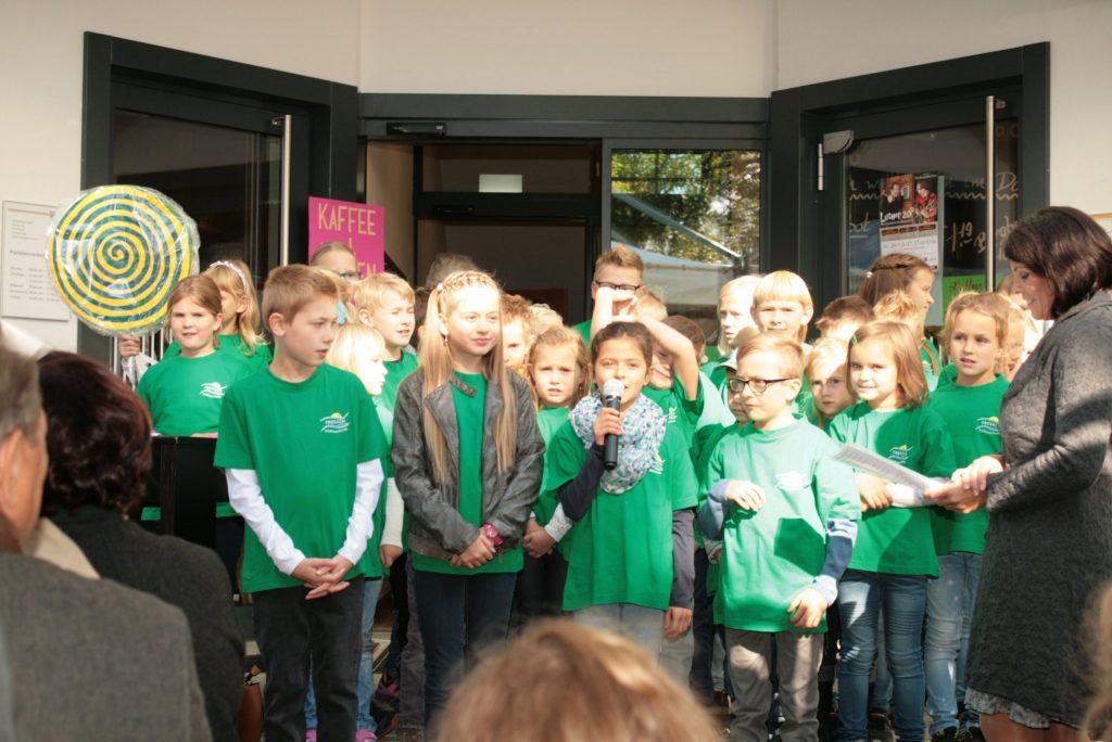 Die Eröffnung des Dorfladen Fresach war ein Fest für die ganze Gemeinde. Auch die Kinder der Volksschule trugen zur guten Stimmung beim Fest bei!