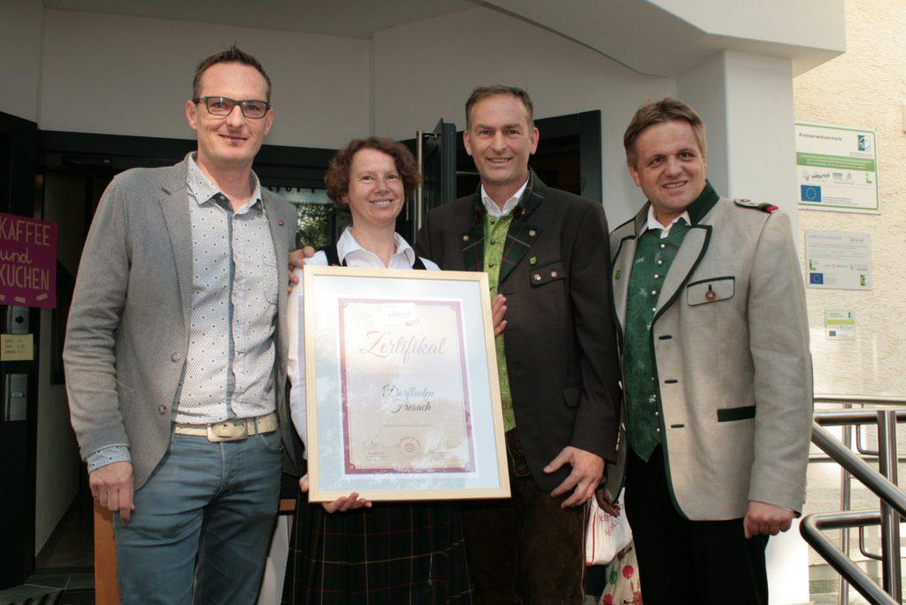 Die neuen Kaufleute in Fresach – Ernst und Andrea Egger (Bildmitte) mit Bgm. Gerhardf Altziebler (re.) und Michael Maier vom Genussland Kärnten (li).