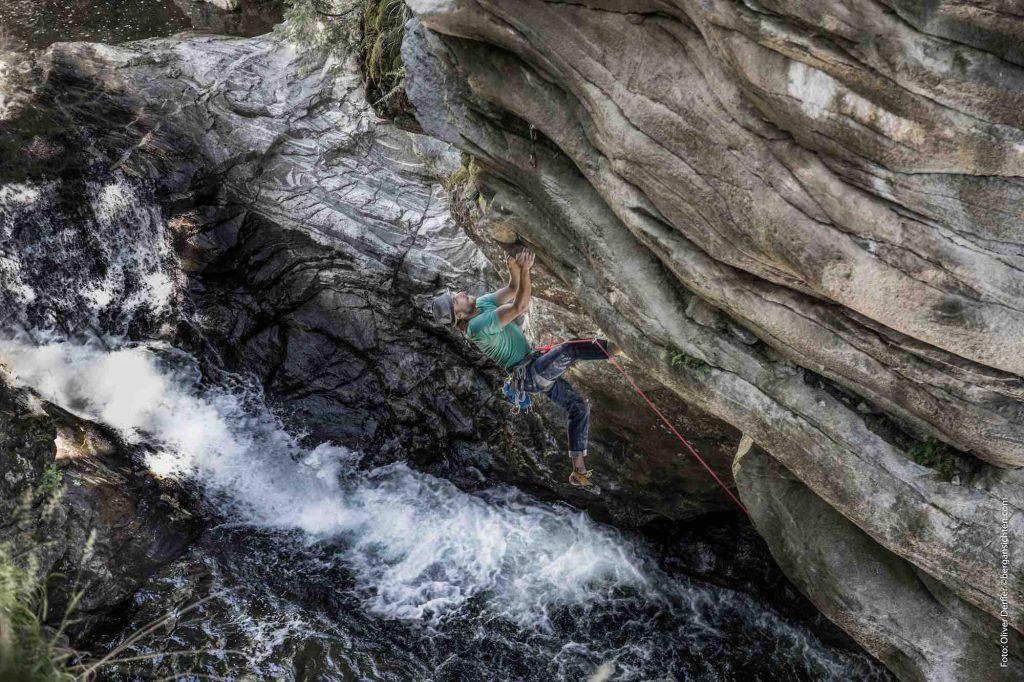 Kletterbares Maltatal - ein Kletterer hängt vor einem Wildbach in der steilen Felswand