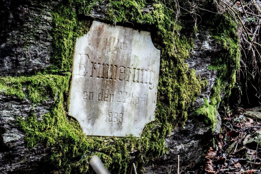 Gedenktafel unter dem Aussichtsturm am Pyramidenkogel (fotoqudr.at/Helmuth Weichselbraun)