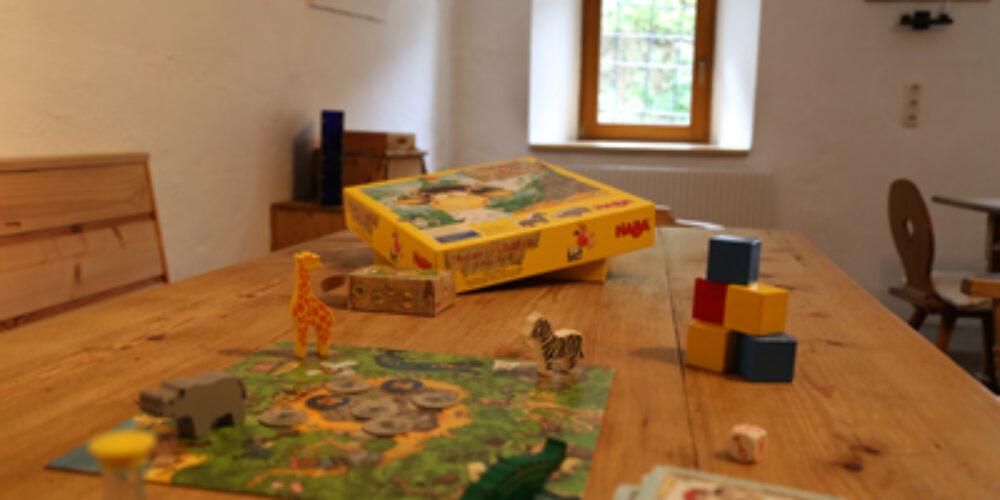 Lesen, spielen und schlürfen im Spiele- und Buchhotel Tschitscher
