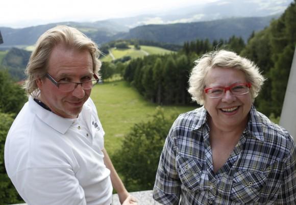 1000&: Martin F. Hahnl und Irmgard Siepmann auf der Dachterrasse ihres Künstlerquartiers auf der Saualpe. über 1.000 Meter Seehöhe: Foto: 1000&/kultur-arbeiter.at