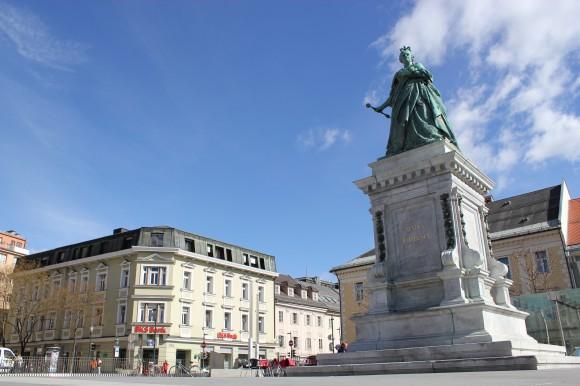 Das 60 Zentimeter lange Zepter der Maria Theresia Statue am Neuen Platz ist wieder vollständig