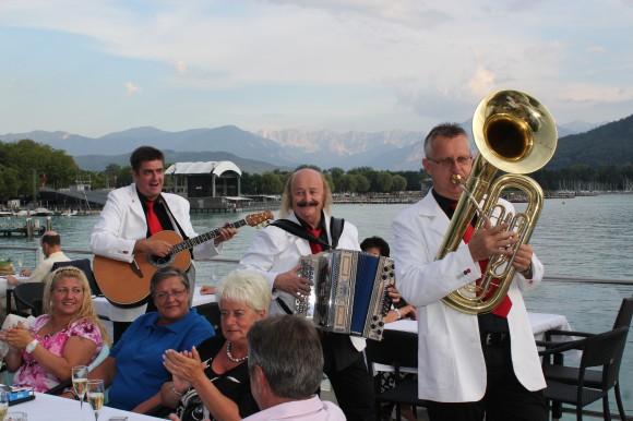 Musik an Bord: Laufend gibt es im Sommer Frühschoppen, Ausflugsfahrten und Mondscheinfahrten der Wörthersee Schifffahrt.