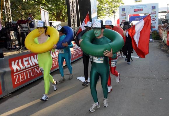 Beim traditionellen Warm-Up Lauf über 4,2 Kilometer stand nicht nur die läuferischen Leistungen im Mittelpunkt. Viel mehr hatten die ideenreichen Kostüme und die Firmenteams ihre große Bühne.