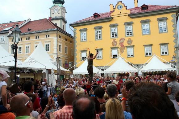 Die Zuschauer zum Staunen brachte dieser Seiltänzer auf dem Alten Platz.