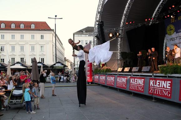 Sorgten vor der Bühne für Unterhaltung: Stelzengeher beim Fest der Täler.