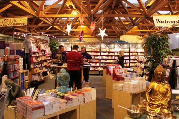 """""""Schirner-Tage"""": Auf rund 150 Quadratmetern wird der """"Schirner-Verlag"""" eine Buchhandlung in die """"gesund & glücklich""""-Messe integrieren. Rund 20 AutorInnen vom """"Schirner-Verlag"""" können die Besucher hautnah erleben."""