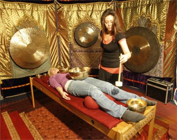 """Gerne angenommen werden die """"Schnupperbehandlungen"""" auf der """"gesund & glücklich""""-Messe wie hier die Klangschalen-Massage."""