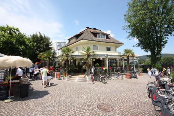 """Stefan Sternad, WK-Berufsgruppensprecher der Kärntner Gastronomie, führt dieses Cafe in Velden. Er erläuterte bei der Präsentation in Klagenfurt die vier Motive: """"Der erste Kaffee am Morgen zum Aufwachen, untertags bei Arbeitsterminen, am Nachmittag genießt man entspannt oder trifft Freunde und schlussendlich der Kaffeehausbesuch als Start in einen aufregenden Abend!"""""""