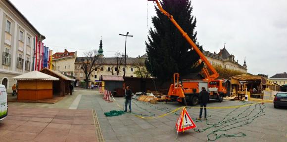 Der neue Christbaum wird geschmückt.