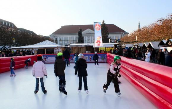 """Vergnügen am """"Krone""""-Eislaufplatz inmitten des Christkindlmarktes."""