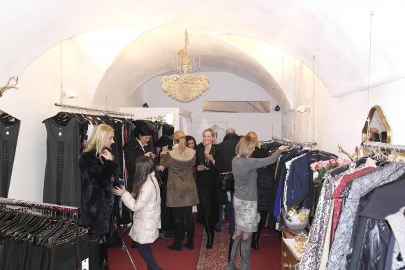 Neu in Klagenfurt: 1600 Stück Designerware von Anna Kos werden um bis zu Minus 70 Prozent im Shop verkauft.