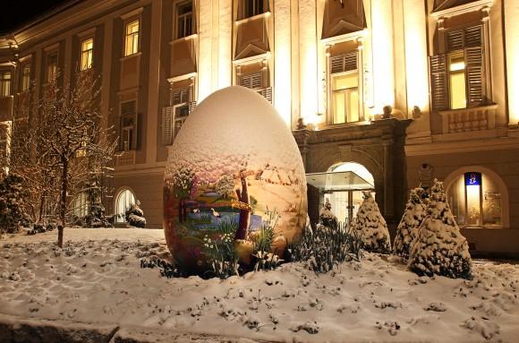 Weihnachtsstimmung am Ostermarkt vor dem Klagenfurter Rathaus.
